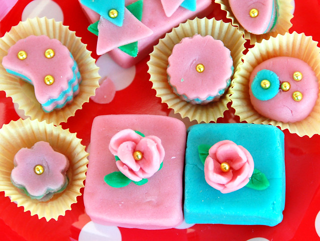 Marzipan Haremskonfekt bearbeiten formen färben rosa