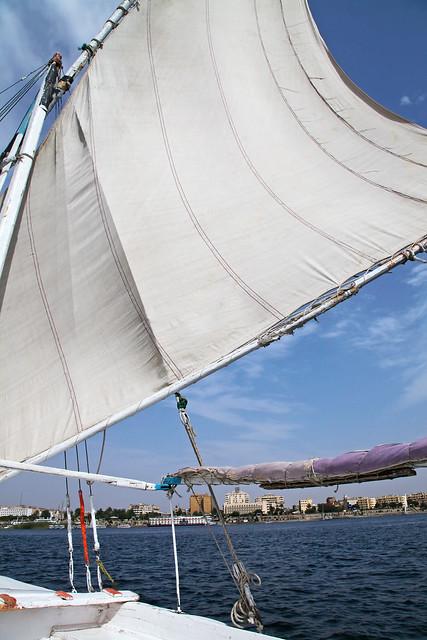 エジプト アスワン ファルーカでナイル川クルーズ 青空と帆