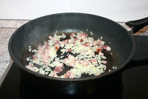 24 - Speck und Zwiebeln anbraten