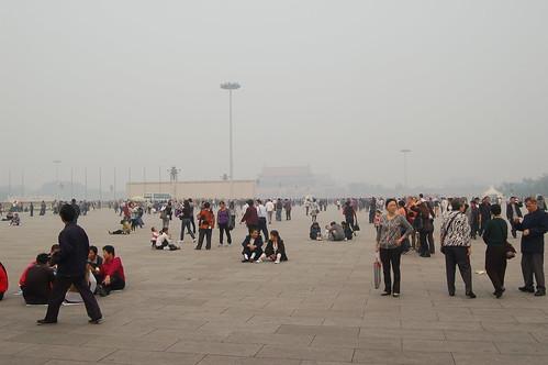 In der Mitte vom tien an'men ist der Eingang vom Himmelspalast zu sehen. Es gibt viele Touristengruppen und eine Multimediawand