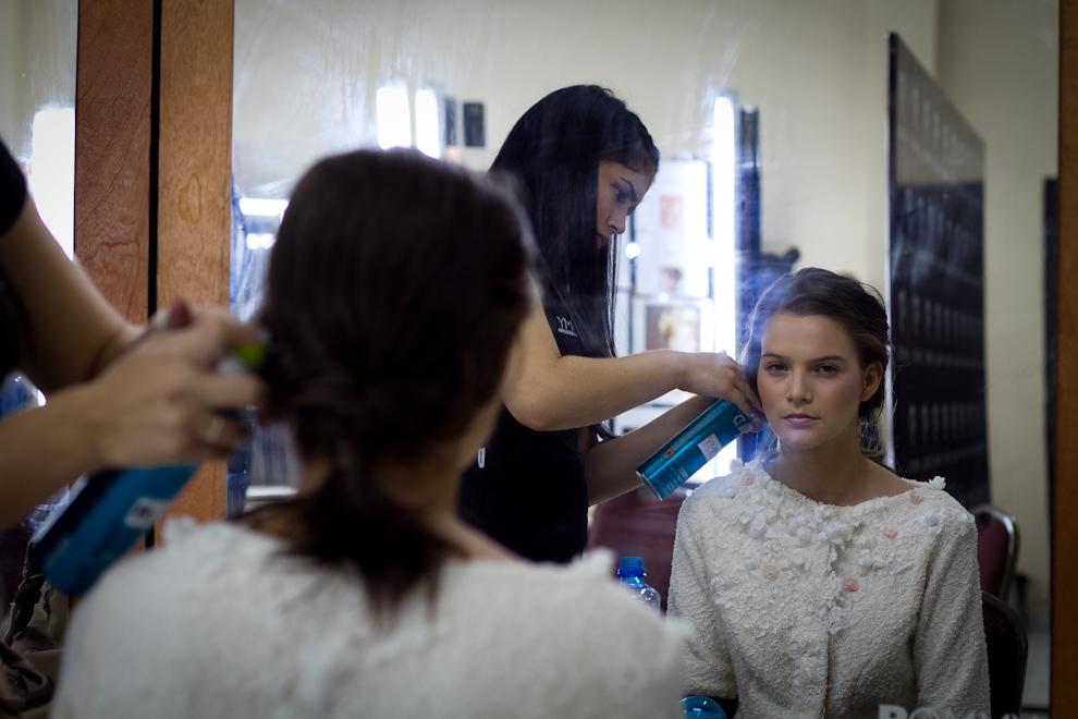 Retocando el pelo de la modelo, personal de Rommy la prepara para la siguiente pasada en las pasarelas. (Tetsu Espósito - Asunción, Paraguay)