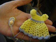 Robe au crochet pour poupée et son chausson