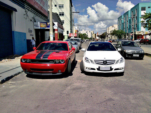 Dodge Challenger SRT-8 e Mercedes E350 Coupe