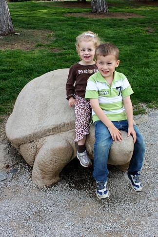 kids-on-baby-turtle
