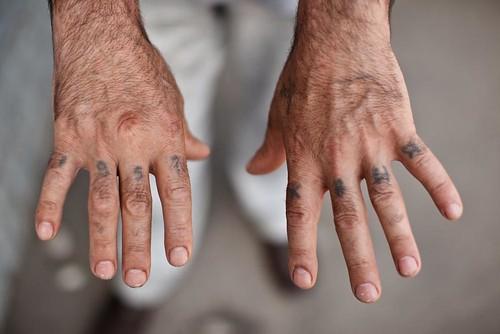Vankilatatuoidut kädet