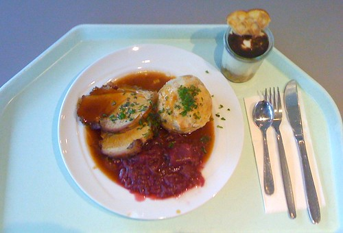 Schweinekrustenbraten mit Rotkraut & Semmelknödel / pork roast with red cabbage & dumpling