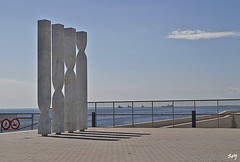 Les quatre barres de la senyera catalana (Ricardo Bofill) (svet.llum) Tags: barcelona catalunya cataluña mar mediterráneo ciudad paisaje escultura ricardobofill arquitectura