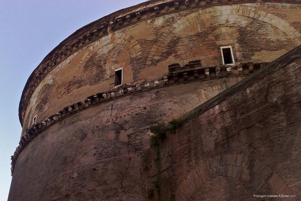 Les briques en arc dans le mur sont des caractéristiques de construction romaine