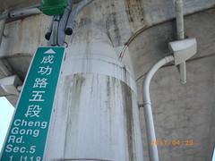 文湖線捷運橋墩的裂紋。張台虹說,是自然現象。