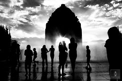 Monumento a la Revolución - 22/04/2011 - 31 (HippolyteBayard) Tags: canon mexico agua fuente unam sombras ciudaddemexico semanasanta distritofederal monumentoalarevolución juancarlosmejiarosas perrarabiosa escuelanacionaldeartesplásticas