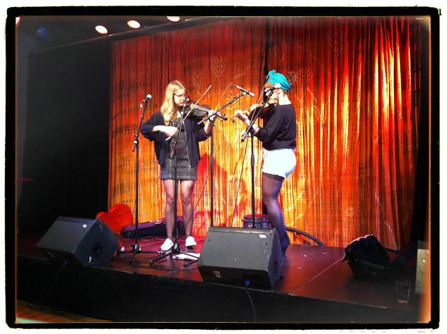 folkmusikalsk shåw med Sara och Samanta