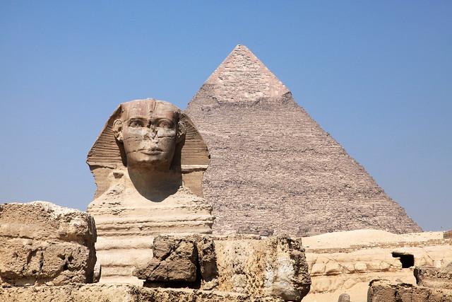 エジプト、ギザのスフィンクスとピラミッド