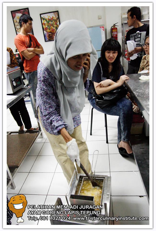 Bu Yuyun Anwar (INSTRUKTUR) sedang menggoreng Chicken Karage menggunakan mesin penggoreng deep friyer gas 6 liter. Info: 0813 3200 3300 - 0817321024. Flexi: 031-77213905.