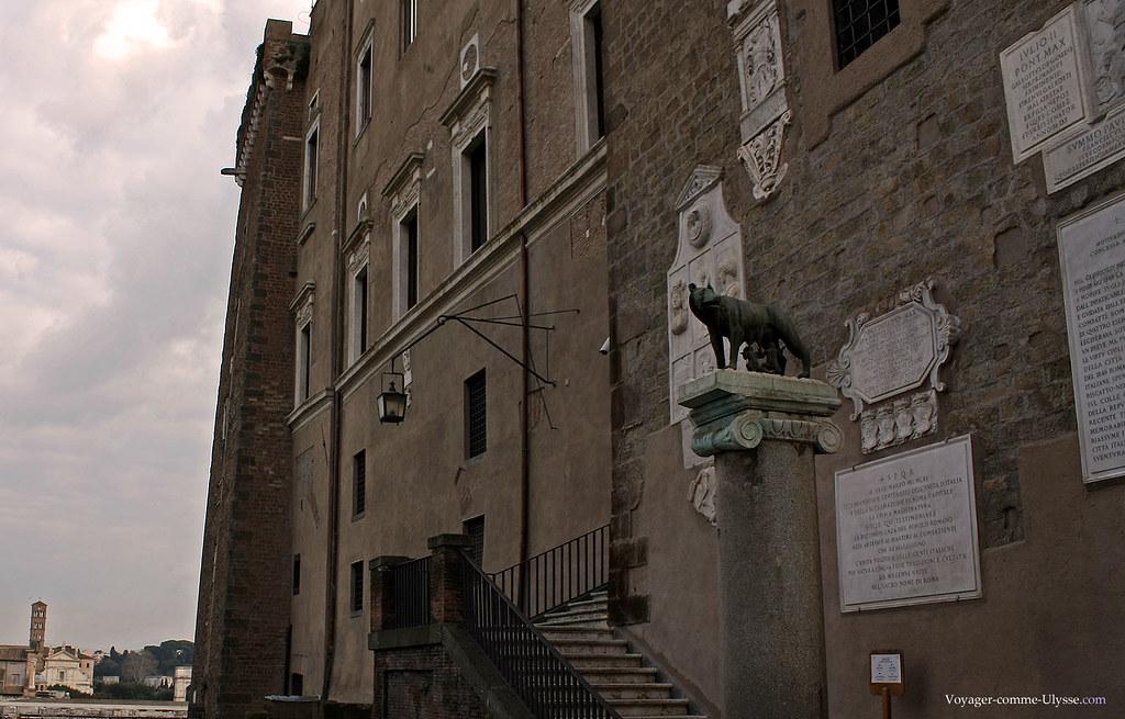 La Louve, symbole de Rome, à coté de la mairie. On peut voir les plaques commémoratives.