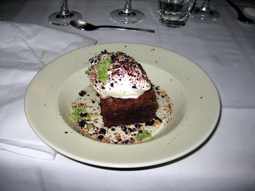 Chokoladekage med vanilleis, ristede hasselnødder, tørrede solbær og estragonsukker