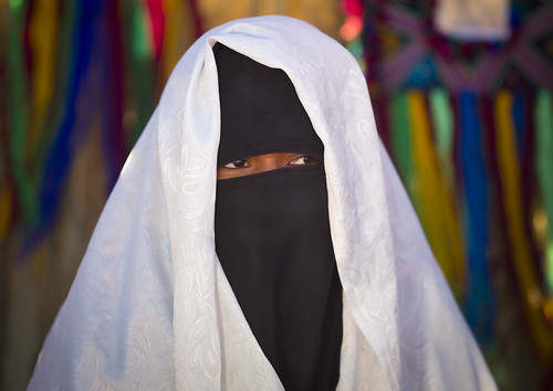 Tuareg veiled woman in desert - Libya