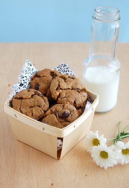 Flourless peanut butter and chocolate chip cookies / Cookies de manteiga de amendoim e gotas de chocolate (sem farinha)