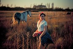 [フリー画像] 人物, 女性, 馬・ウマ, 草原, チリ人, 201104211500
