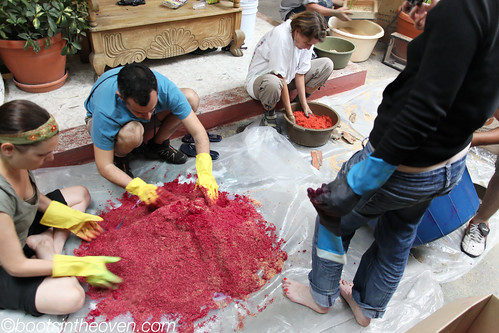 Dyeing sawdust for the alfombras