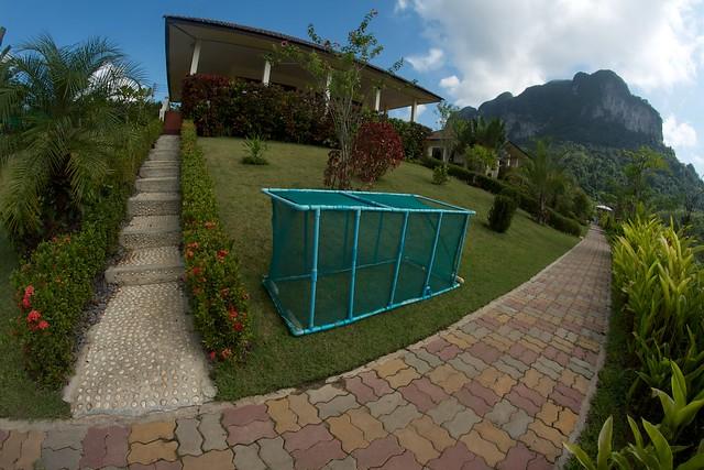 Håven som används till fångade arapaimor. En av resortets stugor i bakgrunden.