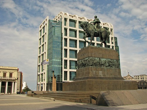 Plaza Independencia: monumento a Artigas y Torre Ejecutiva