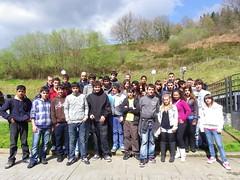 Alumnos/as y profesores/as del CIP posando en el exterior del centro.
