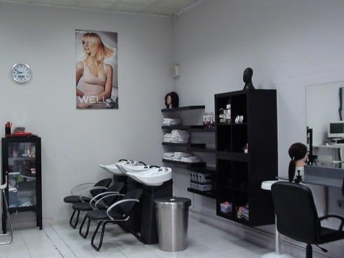 Lugar donde se realizan las prácticas de auxiliar de peluquería. En la fotografía se muestra donde se lava la cabeza y algunos armarios.