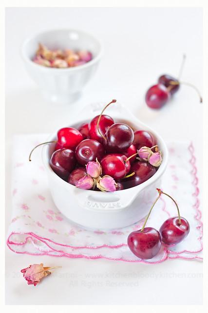 Confettura di ciliegie e boccioli di rosa nella cocotte in ghisa Staub