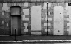 Ru Alber Quoi? (Jean-Luc Lopoldi) Tags: bw noiretblanc mur mur wall trottoir sidewalk ville