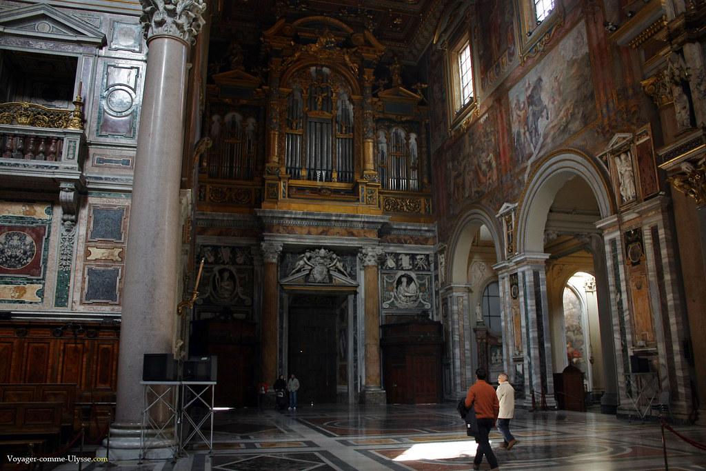 Le grand orgue, au dessus des colonnes de marbre jaune