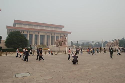 Mao Mausolem am Tian'men mit wartenden Menschen davor
