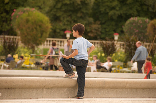 Boy in Jardin du Luxembourg (by: Thomas Ricker, creative commons license)