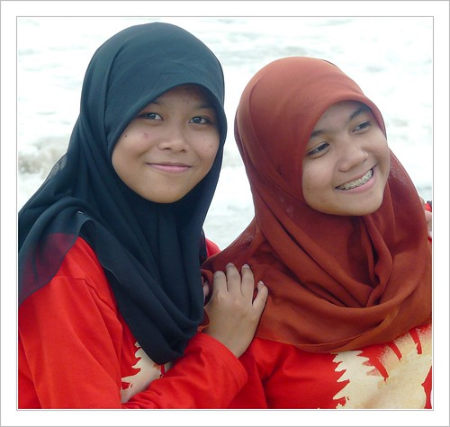 Girls from Jawa on the beach .