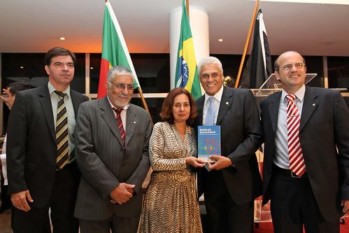 Livro sobre a saga das comunidades portuguesas no Brasil é lançado no Vasco