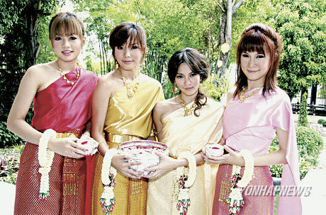 Girl Berry Thai Outfits