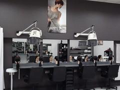 En la imagen se muestra los tocadores y puestos donde se realizan las prácticas de auxiliar de peluquería.