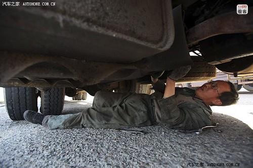 4月11日,郭伟明的货车车况不好,途中发现货车漏油,下车开始修理。曾经有一次在高速路上水箱漏水,妻子下高速去农户家挑水,挑了两担水走了三四里地,腿都发抖。勉强修好车准备走时警察来了,称随意停车要罚款。问罚多少,警察回答有多少就罚多少,两人说身上只有400元,警察说那就都拿来吧