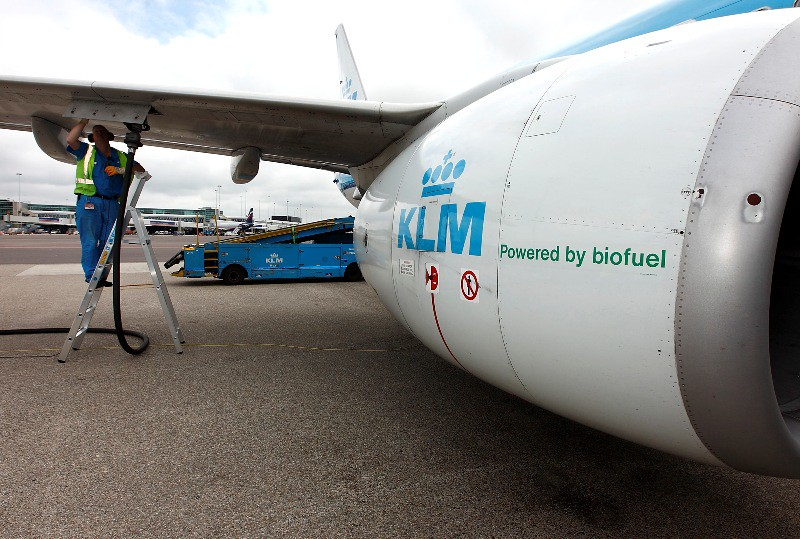 KLM Boeing 737 being fueled for 1st commercial biofuel flight