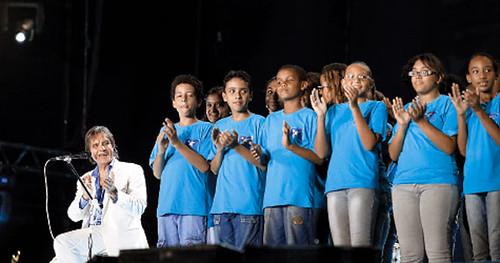 Coral da Rocinha canta 'Noite Feliz' com o Rei Roberto Carlos no magnífico show de Copacabana