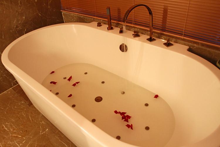 Rose petals in my bath