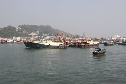 Sampan passes the bigger fishing boats mooted at Cheung Chau