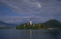 Bled (Cthonus) Tags: lake church geotagged slidefilm livejournal slovenia scanned analogue slovenija sweep pregame lakebled julianalps blejskiotok bledisland churchoftheassumption 1465 republikaslovenija cerkevmarijinegavnebovzetja blejskojezero julijskealpe pilgrimagechurchoftheassumptionofmary pregameduelwinner