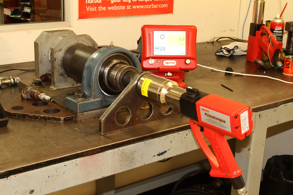 Testing a PTM-72 pneumatic torque wrench