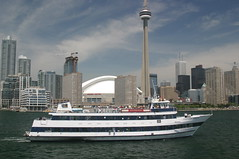 Northern Spirit Cruising pas city skyline