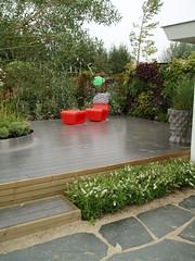 Verhoogd terras met drukke borders (Kim Wennekes) Tags: bank stoel hout steen rvs natuursteen plantenbak