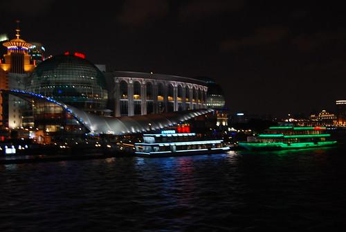 zwei Boote auf dem HuangPu vor der Endhaltestelle des Fußgängertunnels in Pudong