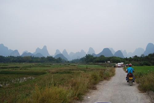 Strasse mit Motorrad im Hintergrund ein Panorama von Turmkarstgebirge bei Yangshou in der Nähe von guillin