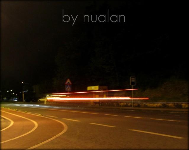 noche en la parada de bus