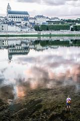 Visser in het kleurrijke Blois (Loire) (eosfoto) Tags: valdeloire visser fisherman loire pcheur blois avond evening kleurrijk colourfull landscape landschap cityscape
