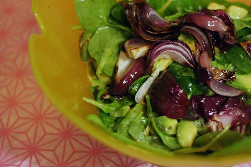 spinatsalat mit avocado & gerösteter roter zwiebel